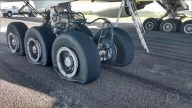 Avião da Latam faz pouso de emergência e fecha aeroporto em MG - Avião saiu de Guarulhos (SP) com destino a Londres. Mas, segundo a Latam, por problemas técnicos precisou pousar em Confins. Na hora do pouso: 12 pneus foram danificados.