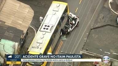 Carro para embaixo de ônibus no Itaim Paulista, em SP - Um pessoa morreu por causa da batida