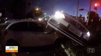 Duas pessoas ficam feridas em acidente na rua 136, em Goiânia - Acidente foi no cruzamento com o Avenida 1, no Jardim Goiás.
