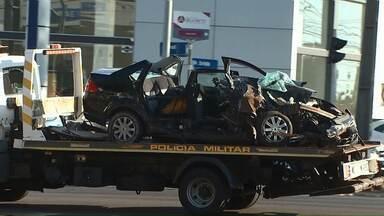 Duas pessoas ficam feridas após acidente envolvendo carro e dois ônibus em Cascavel - Rua ficou parcialmente interditada porque teve vazamento de óleo na pista.
