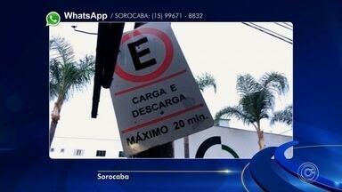 Placa dobrada confunde motoristas no Centro de Sorocaba - Uma placa que indica vaga para veículos de carca e descarga no Centro de Sorocaba (SP) está dobrada. Com isso, motoristas estão parando o carro em local proibido.