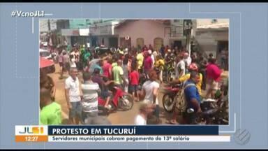 Servidores municipais de Tucuruí protestam em frente à sede da Prefeitura - Eles alegam que não receberam o 13º salário