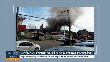 Incêndio atinge galpão de material reciclável em Joinville - Incêndio atinge galpão de material reciclável em Joinville.