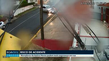 Câmeras de segurança flagram acidente impressionante em Ponta Grossa - Acidente foi na rua Fagundes Varela, no bairro Neves, os moradores pedem mais segurança no trânsito.