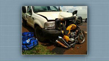 Motociclista de 22 anos fica gravemente ferido em acidente na BR-277 - Ele bateu na traseira de um carro e logo depois foi atingido por outro.
