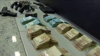 João de Deus tem novo pedido de prisão por posse ilegal de armas - Polícia descobriu um cômodo secreto num dos endereços do médium onde foram encontrados dinheiro e pedras que parecem ser esmeraldas, segundo a polícia.