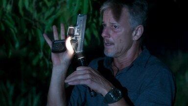 Sampaio tem desagradável surpresa ao encontrar arma deixada por León - Capanga de Valentina acha revólver com que iria matar o gato. Louise se preocupa com o amante