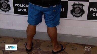 Padrasto é preso suspeito de estuprar e fazer enteada deficiente ingerir bebida alcoólica - Crimes ocorreriam há 17 anos e foram descobertos após denúncia anônima. Suspeito é dono de bar em Goiânia.