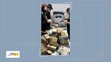 Mala com dinheiro achada em porão escondido de casa de João de Deus tinha R$ 1,2 milhão - Polícia fez novas buscas em endereços ligados ao médium.