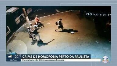 Polícia investiga crime de homofobia na região da Avenida Paulista - A polícia tenta identificar o homem que matou um rapaz com uma facada perto da Avenida Paulista, na sexta-feira (21). As investigações mostram que o assassinato foi motivado por homofobia.