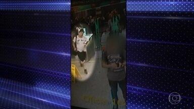 Polícia de São Paulo tenta identificar homem que esfaqueou e matou cabelereiro - Imagens de câmeras de segurança estão sendo analisadas pela polícia para tentar identificar o suspeito e o homem que estava com ele. O companheiro de Plínio Henrique de Almeida Lima pediu para que o crime não fique impune.