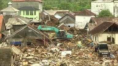 Passa de 400 o número de mortos no tsunami da indonésia - Mais de 150 pessoas continuam desaparecidas. Autoridades estão em estado de alerta para outros tsunamis.