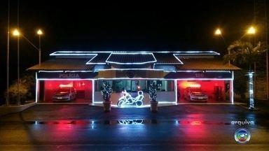 Polícia Rodoviária enfeita sede e faz campanha solidária de Natal em Marília - A base da Polícia Rodoviária de Marília (SP) foi enfeitada com luzes de Natal para uma campanha solidária para coletar doações de fraldas.