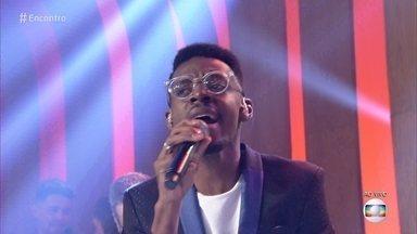 Kevin Ndjana abre o programa com 'Happy' - O cantor participou do The Voice Brasil