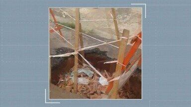 'Até Quando?': Prefeitura de Sumaré continua sem tapar buraco no Matão - Buraco fica na Rua Carolina Augusta de Moraes. Prefeitura colocou apenas um cavalete para sinalizar.