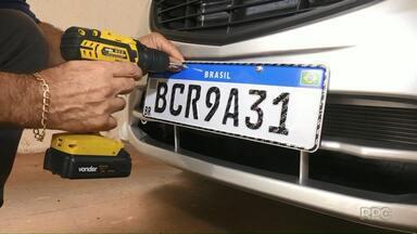 Placas do Mercosul já estão sendo produzidas em Foz do Iguaçu - Até o momento, duas empresas estão liberadas para fazer o serviço.