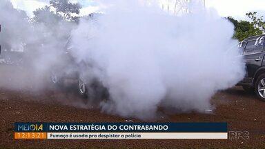 Contrabandistas usam 'batmóvel' para fugir da polícia - O carro solta fumaça para despistar os policiais na hora da fuga.