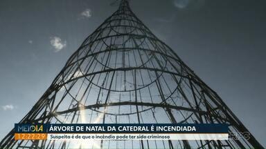 Árvore de natal da Catedral é incendiada em Maringá - A suspeita é de que o incêndio pode ter sido criminoso.
