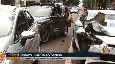 Engavetamento é registrado na avenida Brasil em Cascavel. - Passageira de carro teve ferimentos leves