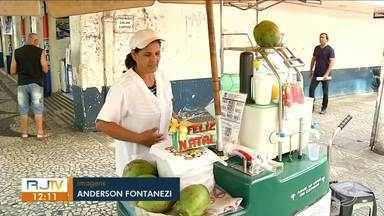 Verão chegou: comércio da região lucra com venda de bebidas geladas - Suco, água de coco e água são os itens mais procurados.