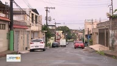 Homem é morto a tiros enquanto saía de casa, na Zona Oeste de Manaus - Segundo informações da polícia, vítima deixava a casa para comprar ingredientes para a ceia de Natal.