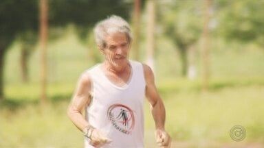 """Aos 62 anos, jauense Dorival se prepara para mais uma São Silvestre de """"Papai Noel"""" - Padeiro é amante de corrida, começou em 1971 em corridas amadores e até hoje pratica o esporte. O diferente é a roupa do corredor."""