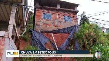 Defesa Civil vai vistoriar casas interditadas em Petrópolis - Assista a seguir.