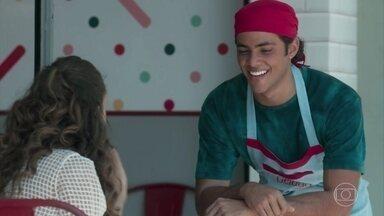 Jade apoia Érico em seu trabalho - O rapaz fica satisfeito