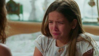 Isabel chora com as acusações de Isabel - A loira é agressiva com a menina e depois tenta consolá-la