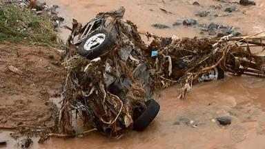 Bombeiros resgatam carros arrastados pelas fortes chuvas em Juiz de Fora - A equipe também realiza buscas por uma mulher que estava em um veículo que caiu no Rio Paraibuna.