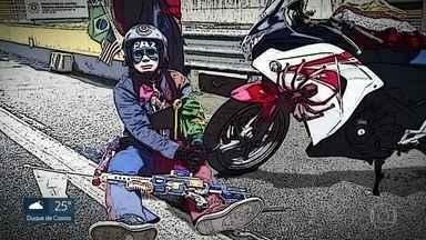 """Homem vestido de super herói dirigia sem habilitação - Uma moto pilotada por um homem vestido de Capitão América e com outro vestido de Homem Aranha na garupa foi apreendida na Ponte- Rio Niterói. Os """"heróis"""" não tinham habilitação e a moto estava sem placa."""