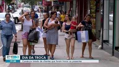 Comércio de Linhares fica lotado para troca de presentes, no Norte do ES - Depois do Natal, o dia tradicionalmente pessoas trocam o presente.