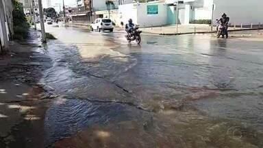 Rompimento de tubulação de água gera transtornos no Pinheiro - Moradores acreditam que fissuras contribuíram para o vazamento de água.