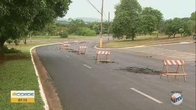 Enxurrada causa erosão e remove asfalto em bairro da zona sul de Ribeirão Preto - Problema acontece na Avenida Áurea Aparecida Bragheto Machado.
