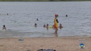 Turistas aproveitam o primeiro dia do ano no parque aquático em Paraguaçu Paulista - O primeiro dia de 2019 está sendo de folga para muita gente. Em Paraguaçu Paulista, feriado com sol é sinônimo de lazer ao ar livre.