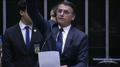 Jair Bolsonaro toma posse como presidente da República e promete pacto nacional - Posse de Bolsonaro teve o desfile tradicional em carro aberto e o juramento no Congresso. Em discurso na Praça dos Três Poderes, Bolsonaro prometeu um pacto nacional e a construção de uma sociedade sem discriminação.