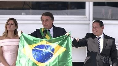 Em discurso, Bolsonaro diz que Brasil precisa deixar de lado a divisão ideológica - Depois da cerimônia no Congresso, presidente Bolsonaro seguiu para o Palácio do Planalto. Ao discursar para milhares de seguidores em frente ao Palácio do Planalto, Jair Bolsonaro disse que vai libertar o Brasil do socialismo.