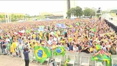 Verde e amarelo tomam conta da Praça dos Três Poderes durante posse de Jair Bolsonaro - Cento e quinze mil pessoas, de vários cantos do Brasil, acompanharam o dia da posse. Alguns eleitores viajaram milhares de quilômetros para estarem presentes.