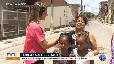 Moradores reclamam de buracos na pista no bairro da Liberdade, em Salvador - A situação dificulta o trânsito dos motoristas que transitam no local.