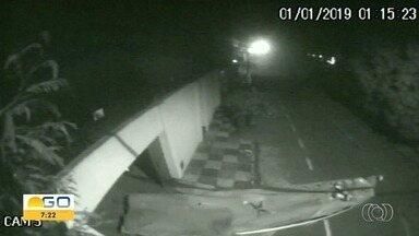 Vídeo mostra homem roubando canoa cheia de objetos furtados em casa de Anápolis - Polícia investiga caso.