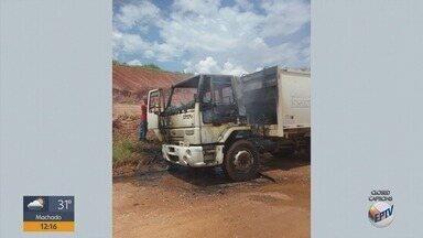 Caminhão de coleta de lixo pega fogo na zona rural de Três Pontas - Caminhão de coleta de lixo pega fogo na zona rural de Três Pontas