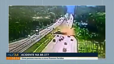 Imagens de câmera de segurança mostram acidente que deixou um morto e nove feridos - Batida foi na tarde dessa quarta-feira (02) na BR-277 entre Curitiba e o litoral.