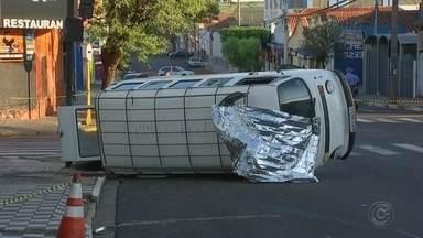 Motorista de kombi morre em acidente com carro em Bauru - Após a batida, carro invadiu a garagem de uma casa. Corpo de Bombeiros foi acionado e rua precisou ser interditada.