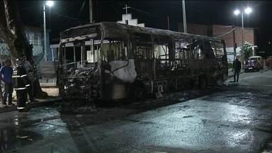 Ataques assustam a população de Fortaleza - Grupos explodiram e incendiaram carros, ônibus e um viaduto durante a madrugada desta quinta (03). Foram vários ataques simultâneos.