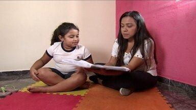 Ah, essas crianças...Júlia tem dificuldade de se concentrar - A mãe da Júlia pediu nossa ajuda e nós levamos uma especialista para ajudar a família.