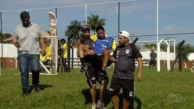Zagueiro do Goiânia deixa treino com fratura na perna esquerda - Vagner sofre grave lesão durante treinamento na Vila Olímpica