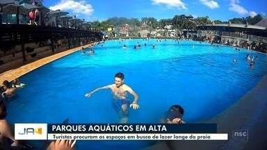 Turistas procuram parques aquáticos em busca de lazer longe da praia - Turistas procuram parques aquáticos em busca de lazer longe da praia