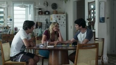 Alex estranha não conseguir falar com Gabriela - Hugo não consegue disfarçar o interesse por Jaqueline durante o jogo de tabuleiro