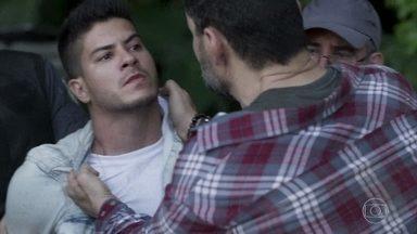Fábio é preso e Rafael vai ao encontro de Gabriela - Rafael tranquiliza a amada e diz que os filhos dela estão a salvo