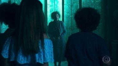 A Guardiã aparece para as crianças - Priscila e Flor pedem desculpas e saem correndo, mas Jadson se aproxima da Guardiã